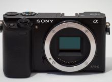 en: Sony Alpha ILCE-6000 camera.de: Sony Alpha ILCE-6000 Kamera.